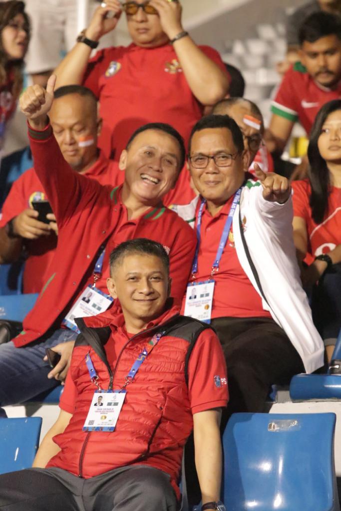 Ketua Umum PSSI Mochamad Iriawan ditemani Wakil Ketua Umum Iwan Budianto dan Cucu Somantri yang juga ikut mendukung langsung timnas di tribun penonton.
